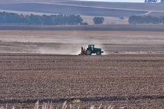 农用拖拉机工作 图库摄影