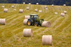 农用拖拉机移动的干草捆  库存图片