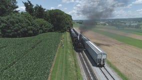 农田和乡下鸟瞰图有葡萄酒蒸汽火车的 股票视频