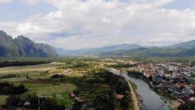 农田和岩层鸟瞰图在Vang Vieng,老挝 Vang Vieng是冒险的一个普遍的目的地 股票录像