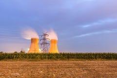 农田的能源厂在晚上 库存图片