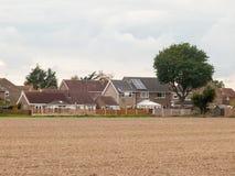 农田被耕的秋天死的房子村庄 免版税库存图片