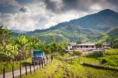 农舍和卡车在土路在山在Jerico哥伦比亚外面 库存照片