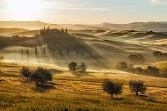 农舍在日落以后的Val d'Orcia,托斯卡纳,意大利 免版税库存照片