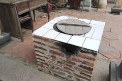 农舍砖火炉在围场 免版税库存图片