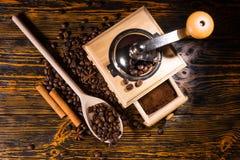 冠上在咖啡豆和研磨机的看法下 免版税库存照片