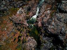 冠上在山河下看法在内华达山 库存照片