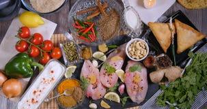 冠上在成份和印地安香料下看法鸡tikka masala的 股票录像