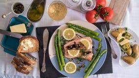 冠上在观点的一条烤有机三文鱼下用雀跃和莳萝 库存图片