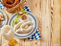 冠上在香肠的看法下用椒盐脆饼和啤酒 免版税库存图片