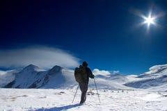 冠上的登山人去的山 免版税库存照片