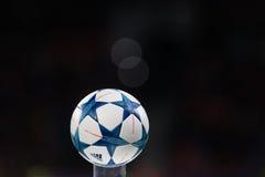 冠军同盟的球在一个垫座特写镜头的在t期间 库存图片