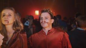 冠和血液污迹的人在摆在为照相机的面孔在万圣夜党 股票视频
