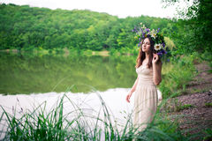 冠的女孩在池塘 免版税图库摄影