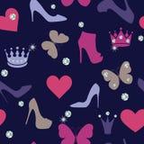 冠,蝴蝶,水晶,穿上鞋子在迷人的无缝的样式的剪影 免版税图库摄影