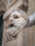 冥想举行的悲剧的面具Melpomene 免版税库存照片