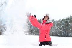 冥想冬天 使用与的温暖的earflap的十几岁的女孩 免版税库存照片