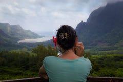 冥想凝视入距离的妇女 免版税库存照片