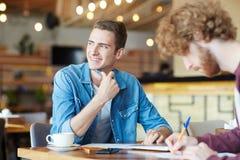 冥想在咖啡馆 免版税库存图片