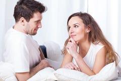 冥想在床上的夫妇 免版税库存图片