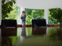 冥想在视窗外面的女实业家 免版税库存图片