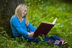 冥想女孩的书好 免版税图库摄影