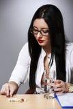 冥想有药片的女商人和杯在De的水 免版税库存图片