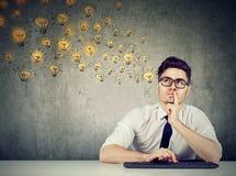 冥想查寻年轻的企业家 库存照片