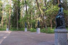 冥想雕象  十二条轨道在Pavlovsk公园 库存照片