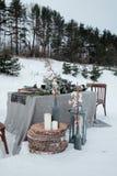 冬天一张桌的婚礼装饰在自然的 库存图片