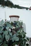 冬天一张桌的婚礼装饰在自然的 免版税库存照片