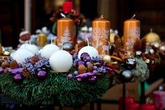 冬天与中看不中用的物品和五颜六色的蜡烛的出现花圈 免版税图库摄影