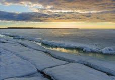 冬天与冰和色的天空的日出海景 免版税库存图片