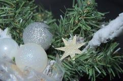 冬天与圣诞节烧瓶和星的12月装饰在绿色分支 库存图片