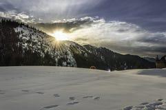冬天与多云天空的山风景 库存照片