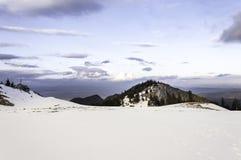 冬天与多云天空的山风景 库存图片