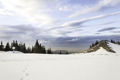 冬天与多云天空的山风景 图库摄影