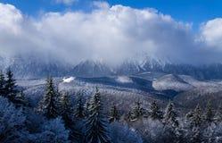 冬天与多云天空的山风景 免版税库存照片