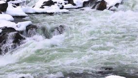 冬天与多雪的岩石特写镜头-巨大秋天国家公园的浪端的白色泡沫瀑布 影视素材