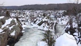 冬天与多雪的岩石的浪端的白色泡沫瀑布-巨大秋天国家公园顶上的射击  影视素材