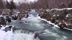 冬天与斯诺伊岩石的浪端的白色泡沫瀑布-巨大秋天国家公园 影视素材