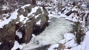 冬天与斯诺伊的浪端的白色泡沫瀑布晃动-顶上的射击-巨大秋天国家公园 影视素材