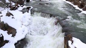 冬天与斯诺伊的浪端的白色泡沫瀑布顶上的射击晃动-顶上的射击-巨大秋天国家公园 股票视频