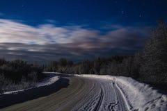 冬天与星和路的夜风景 库存图片