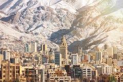 冬天与积雪的Alborz山的德黑兰视图在Iram 免版税库存照片