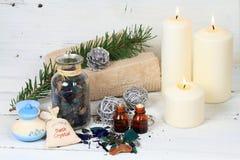 冬天与蜡烛的温泉概念 免版税库存照片