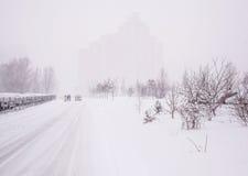 冬天与雾的城市风景 免版税库存照片