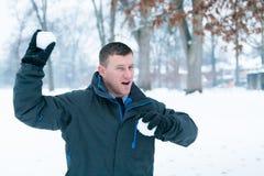 冬天乐趣:雪球战斗 免版税库存图片