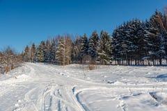 冬天乡下公路的照片 库存图片