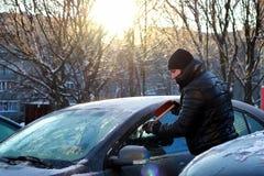 冬天人刷子汽车雪 图库摄影